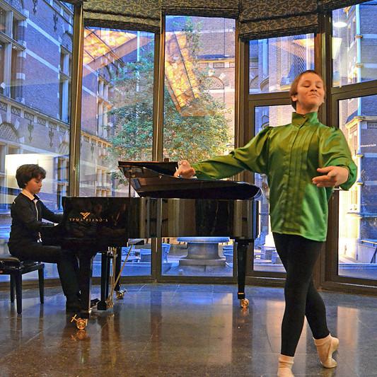 In Nieuwspoort speelt de 12-jarige Nikola Meeuwsen, winnaar Koninklijk Concertgebouw Concours, terwijl zijn leeftijdgenoot Rodríguez van der Zee danst