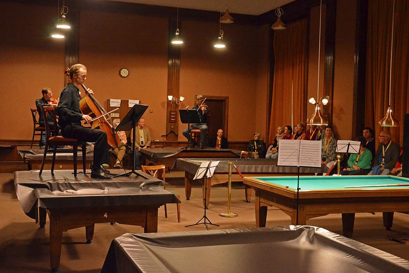 Zapp4 improviseert Bach op de biljarts in Sociëteit de Witte, waar tweevoudig Nederlands kampioen kunststoten een demonstratie zal geven