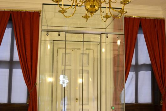 De oude entree, alleen voor ceremoniële doelen, met lift